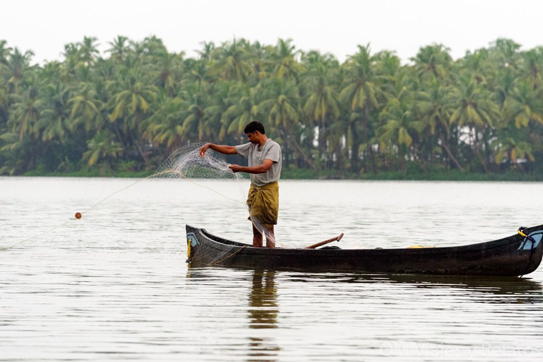 los-backwaters-de-Kerala-pescadores
