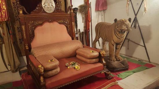 Palacio-de-Shivavilas-trono-mahrajá